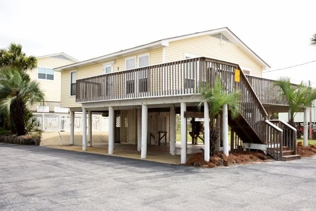 Unique Beach Cottage with pool and easy beach access, alquiler de vacaciones en Gulf Shores