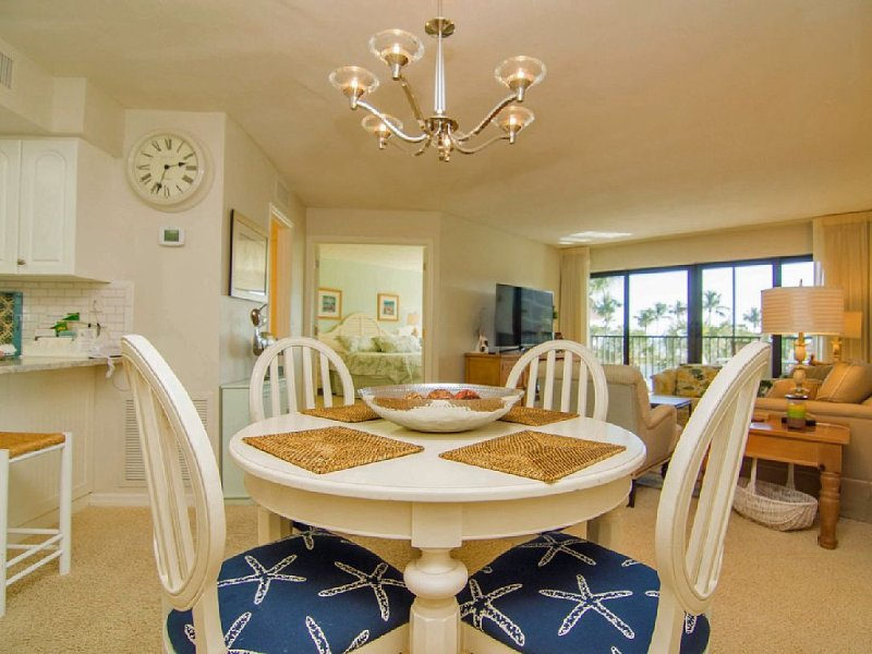 On The Beach, 55' Samsung TV, HD, wifi, tennis, pool, hot tub. No extra fees., holiday rental in Sanibel Island