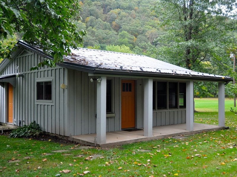 Fun, Cozy and relaxing, Modernly Updated, Creekside/Trailside Cottage, holiday rental in Renovo