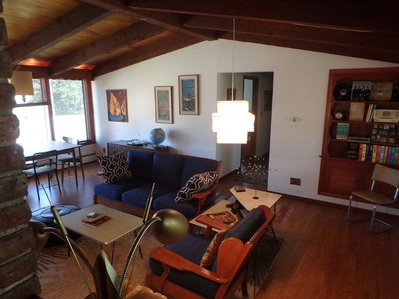 Authentic Mid-Century Marvel, in the quiet and desirable Mid Town neighborhood., casa vacanza a Alfalfa