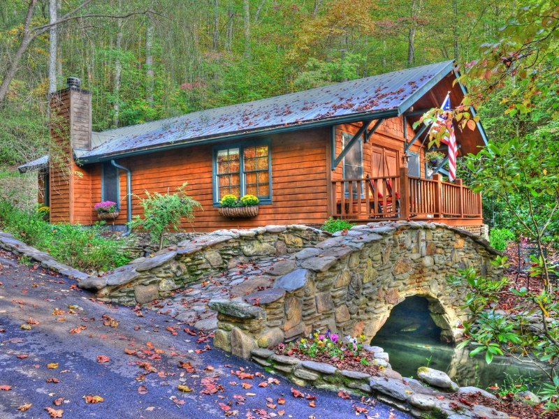 Buffalo Creek Bridge Cottage..Quite Quality! The Perfect Get-A-Way for Two, vacation rental in Bryson City
