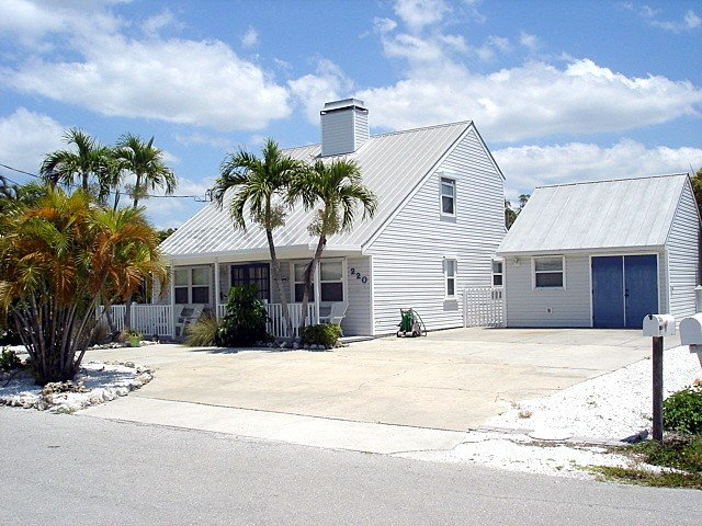 Taffy Buoy private canal front, pool, hot tub, minutes from the beach, vacation rental in Fort Myers Beach