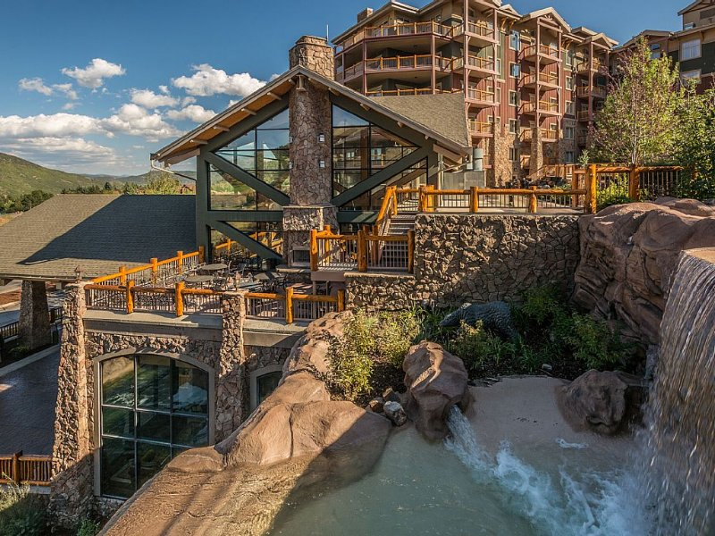 Luxury Penthouse Studio Apartment - Steps from Canyons Gondola Sleeps 4, holiday rental in Park City