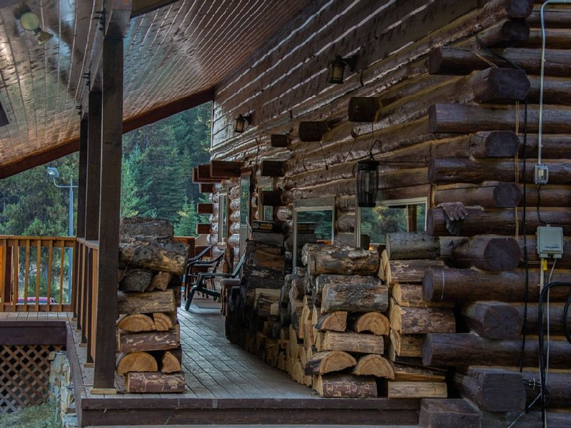 Beautiful Log House in Star Meadows with brand new Hot Tub., location de vacances à Whitefish