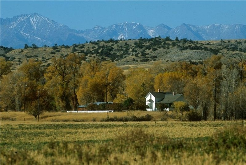 Historic Home on 800 Acre Ranch on Banks of Yellowstone River, aluguéis de temporada em McLeod