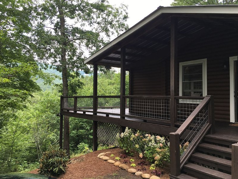 Dog-friendly Cozy Cabin With Beautiful Mountain View & Fire Pit, holiday rental in Highlands
