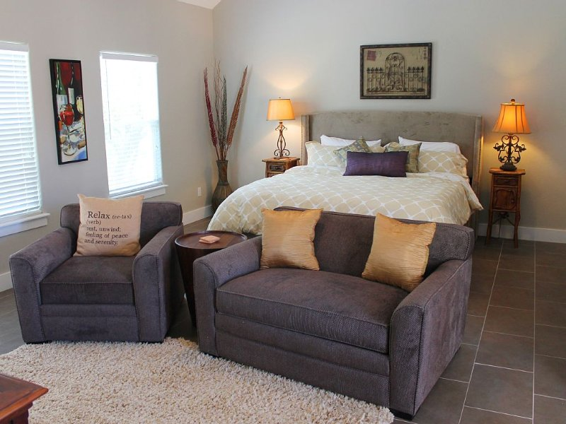 D'Vine Cottage - Hill Country Views  - 10 Min Drive To Downtown Fredericksburg, vacation rental in Fredericksburg