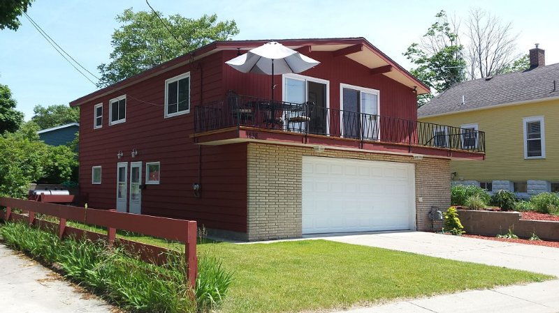 Lovely Beach Cottage With View Of Channel, Park, & Lighthouse., holiday rental in Muskegon County