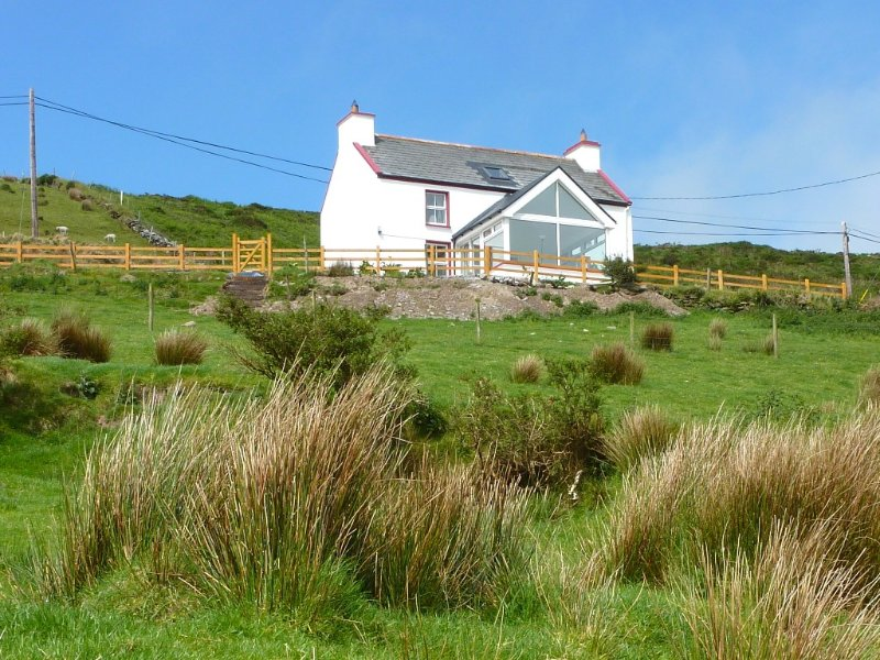Awesome Views - Day or Night!*** - from a Cozy Farmhouse Near Golf & Beaches, Ferienwohnung in Ballinskelligs