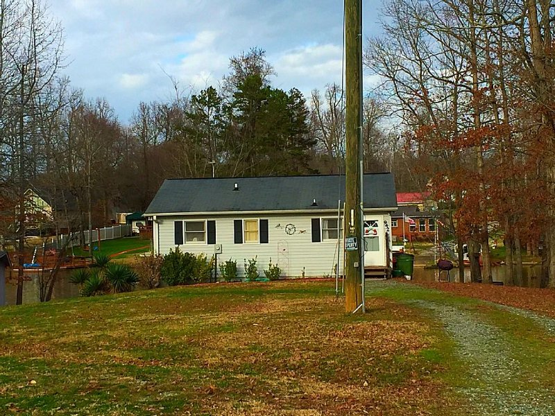 Book Now for Summer! Cute and Cozy High Rock Lake Get-A-Way!, holiday rental in Salisbury