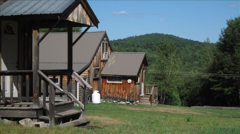 Secluded Cabin on 400 Acres: Swim, Hike, Fish, Relax, PLAY!, holiday rental in Limerick