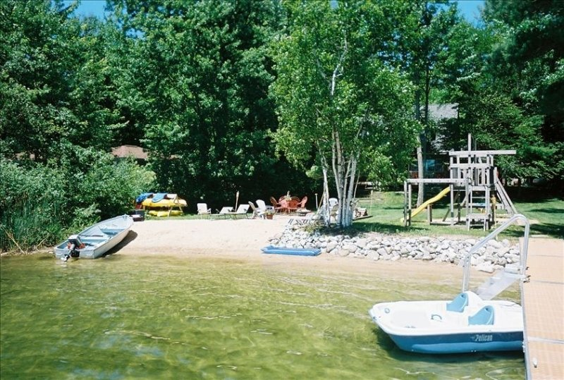 Maple Woods Cottage on Beautiful Bass Lake, alquiler de vacaciones en Interlochen