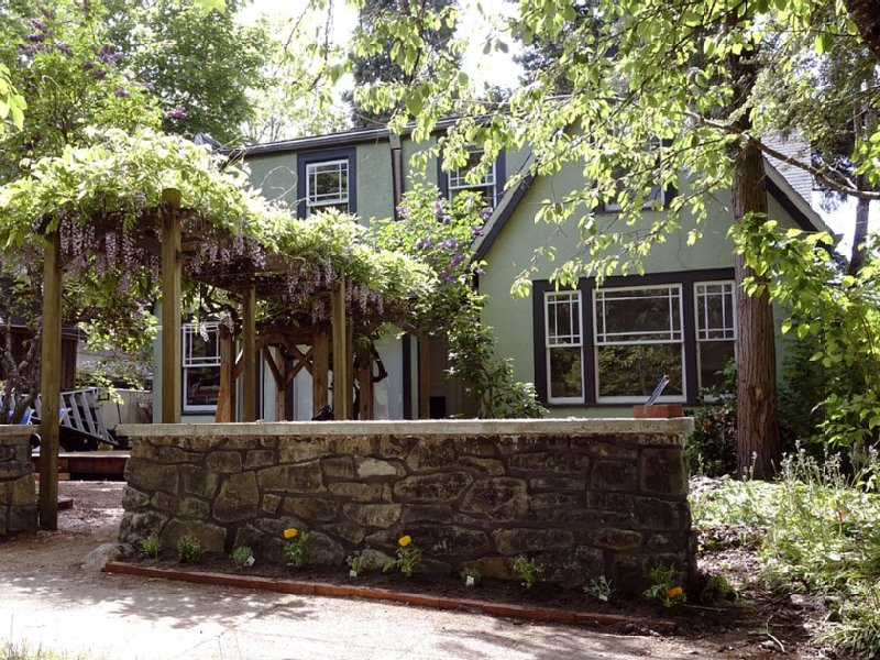 5 Bedroom Vintage 3 Blocks U Of O, holiday rental in Eugene