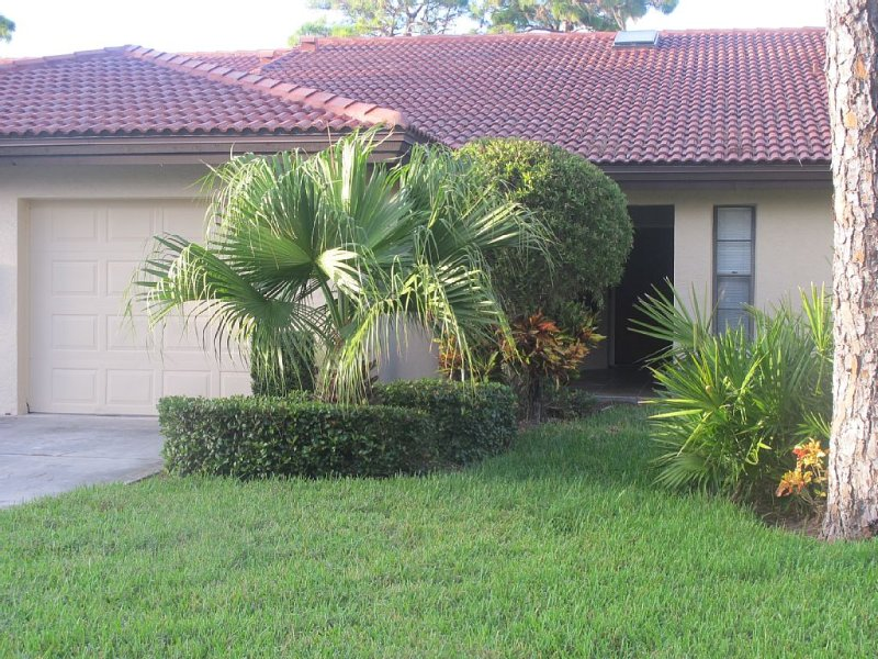 Resort Style Vacation! Beaches close by, Heated pool, Jacuzzi, Tennis and more!, holiday rental in Sarasota