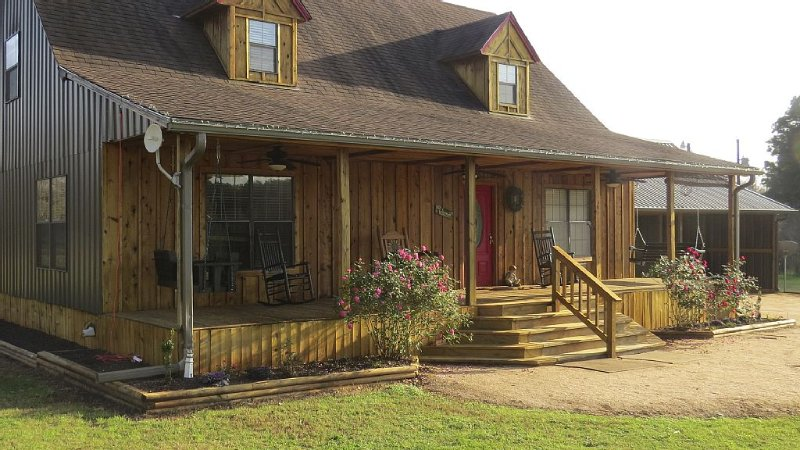 Zip Inn - Pineywoods, Hiking, Fishing, Zipline - Quiet Country Setting Close In, holiday rental in Nacogdoches