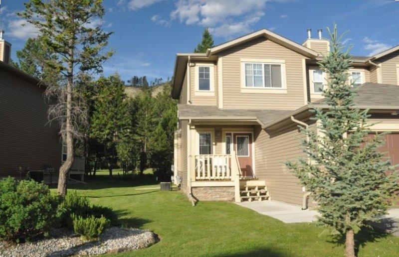 Luxurious 3 Bedroom Villa in the Rockies!!, alquiler de vacaciones en Radium Hot Springs