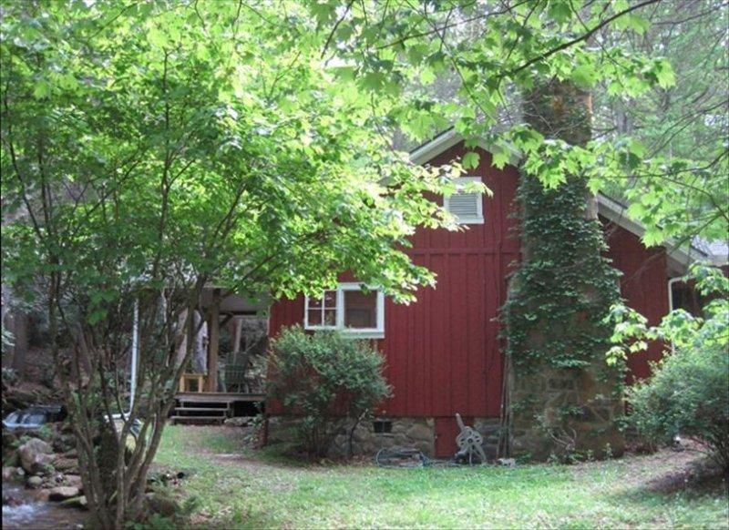 Creekside Cottage on Mt Pisgah Near Blue Ridge Parkway, casa vacanza a Canton