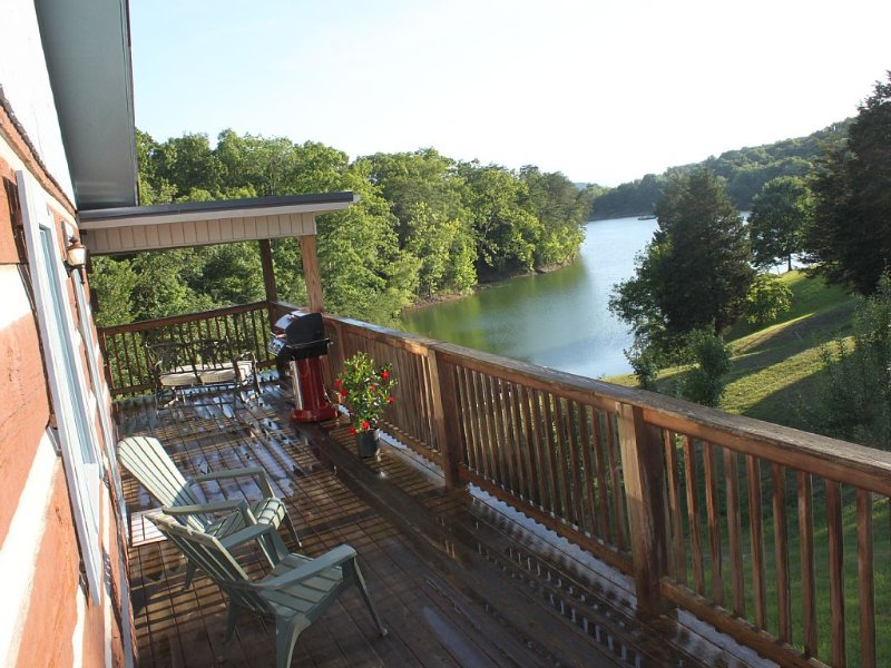 Lake Front Log Cabin Near Smoky Mtns, Attractions & I-40 Quiet Cove Private Dock, holiday rental in Dandridge