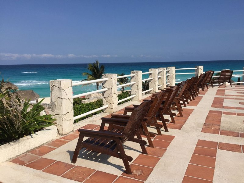 Affordable Cancun Oceanfront Condo at the 'Zona Hotelera' (Hotel Zone) – semesterbostad i Cancún
