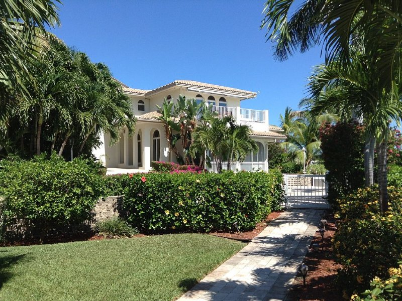Scenic Solitude Private,  Luxurious and tropical Pool Home, holiday rental in Grassy Key