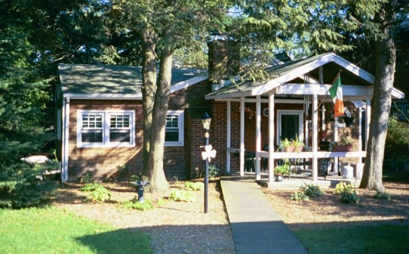 Adorable Irish Cottage Walk to Beach, Shops & Restaurants $2,200-$5,200 mo., holiday rental in Howell