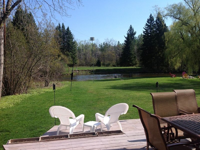 Beautiful air conditioned home on the Boardman River with deck and hot tub., holiday rental in Grawn