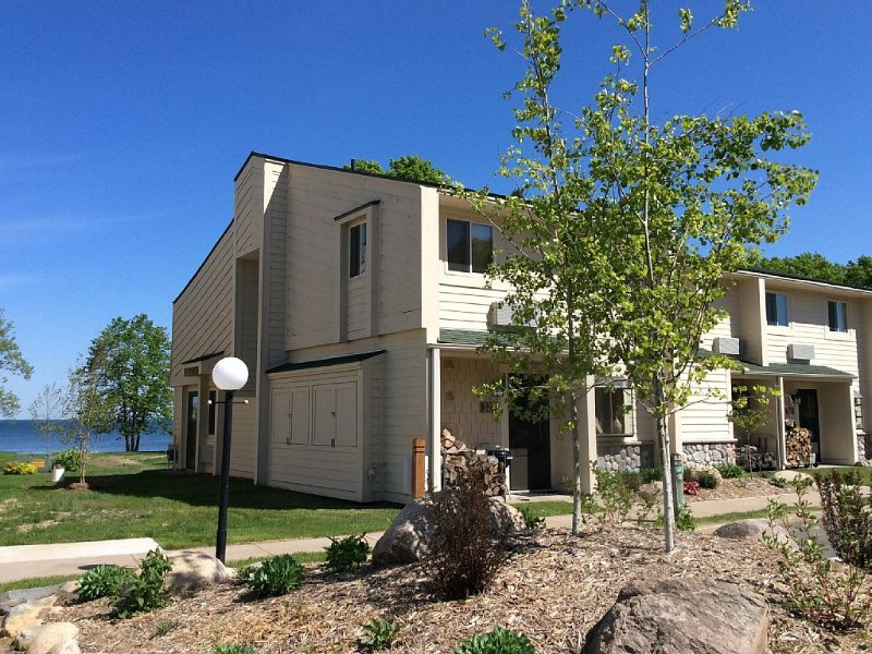 3BR End Unit 327 at Izaty's-newly remodeled, on the lake, close to the pool, holiday rental in Isle