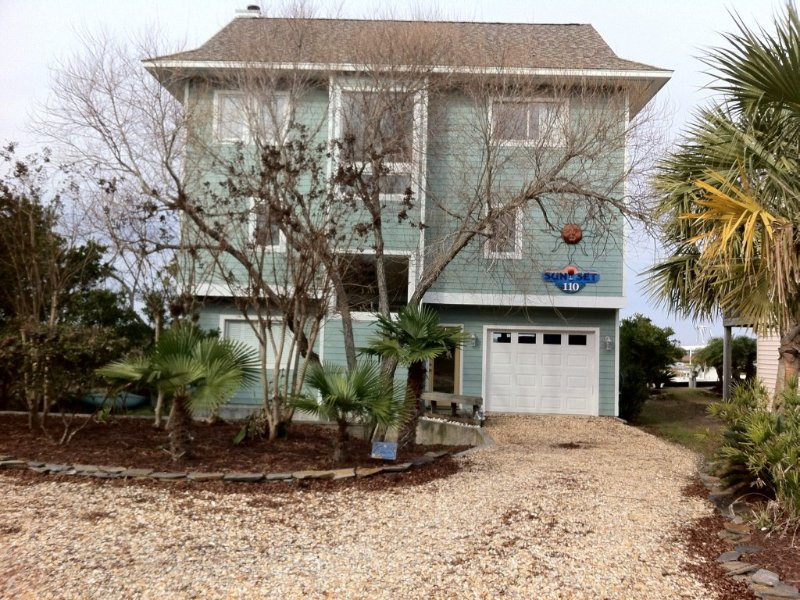 'SUNSET-' Soundfront w/ Relaxing Sunsets & Easy Access to Beach!', holiday rental in Surf City