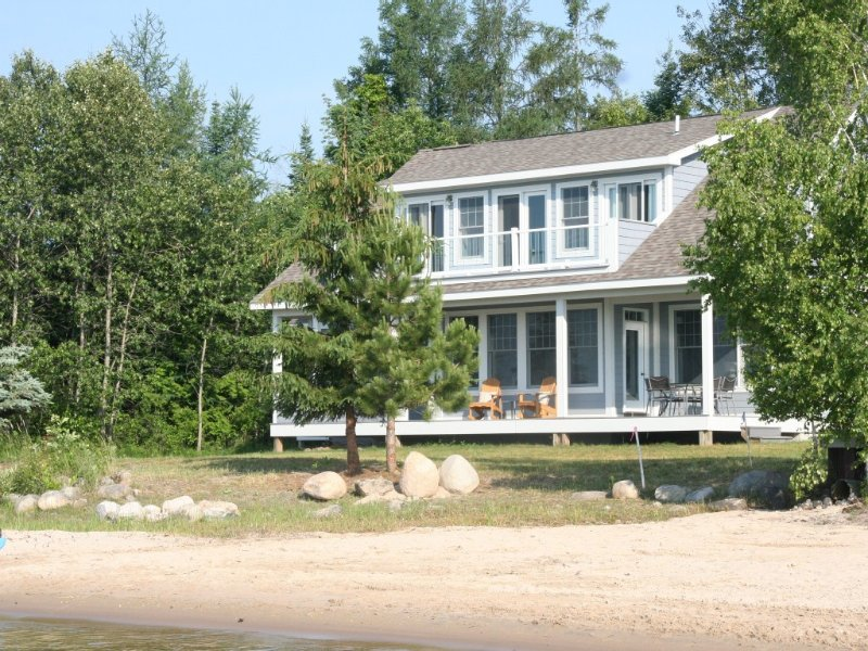 New Luxury Waterfront Home minutes from Suttons Bay and Traverse City – semesterbostad i Suttons Bay