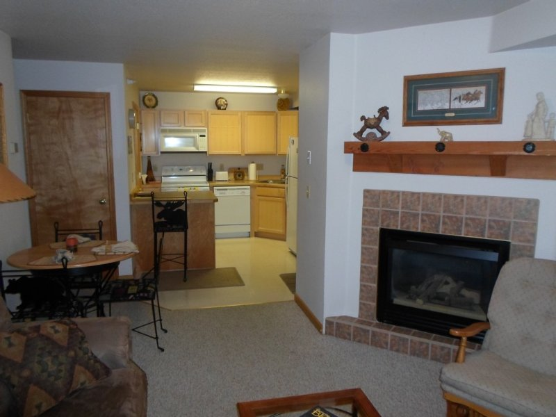 2 Bedroom, 2 bath: Ski-In, WiFi, DISH, HOT TUB, EXTRAS, holiday rental in Big Sky