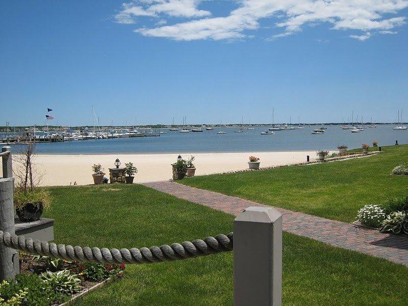 Beachfront Townhouse with Spectacular Ocean Views, location de vacances à Hyannis