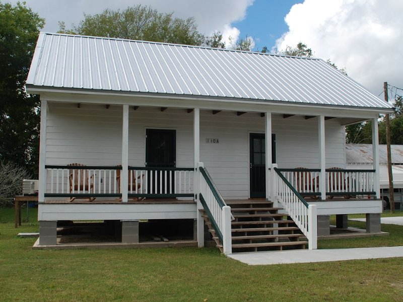 Relax on the Bayou in our 'Little Cajun' Cabin, location de vacances à Pierre Part