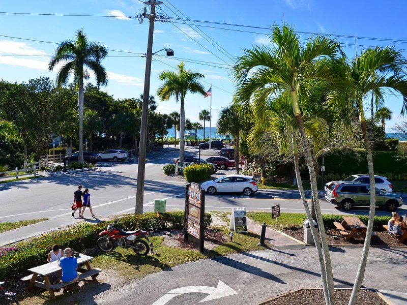 Sand Dollar - Spacious Beach View Condo That Sleeps 12-14 across from the Beach!, holiday rental in Naples