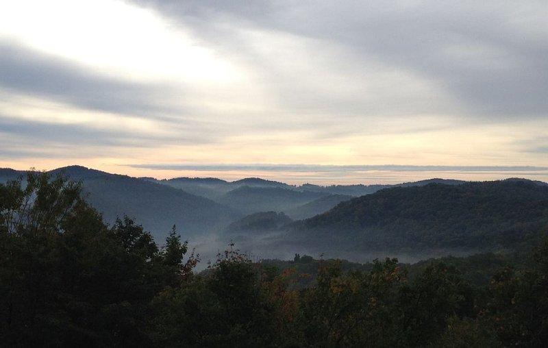 brouillard matinal remplit la vallée de ce point de vue depuis le pont supérieur.