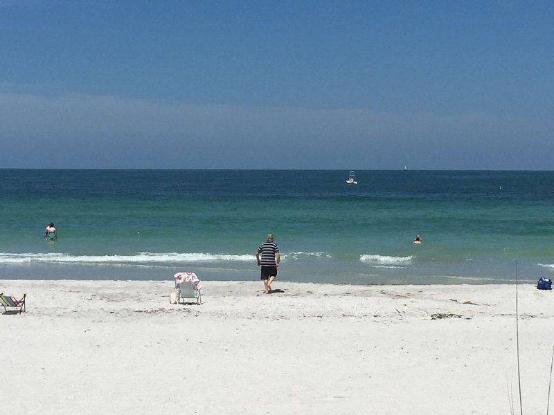 BEACH CONDO, ACROSS THE STREET FROM BEACH!  2 Bedroom, 1 Bath, Sleeps 4, vacation rental in Indian Rocks Beach