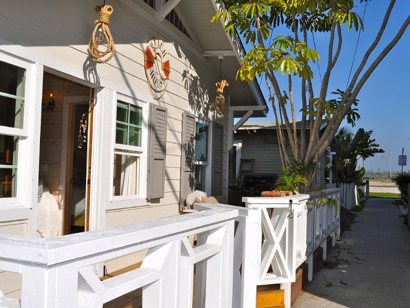 Perfection! Beautiful fully remodeled cottage w/AC, view, and steps to the sand!, holiday rental in San Diego