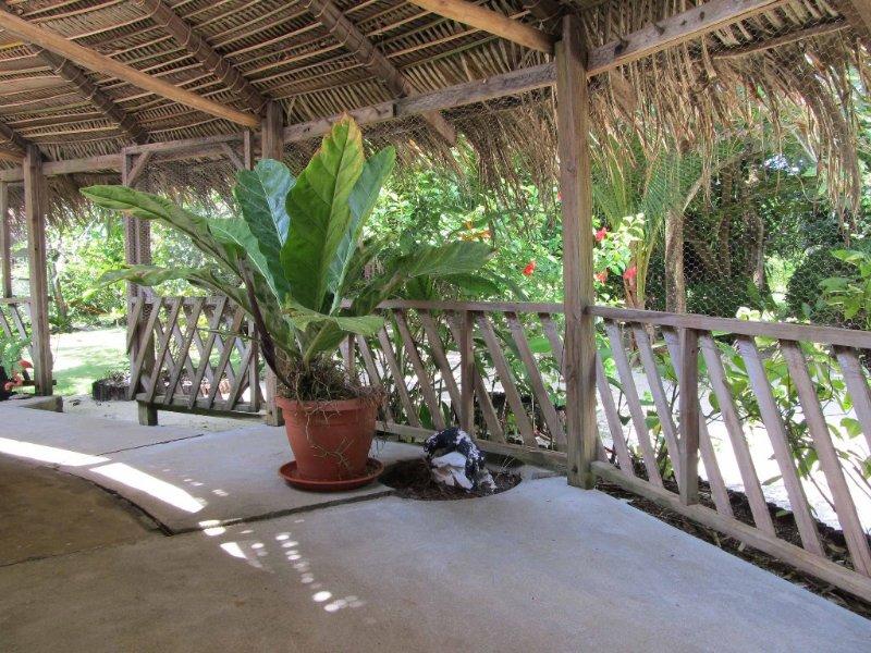 Shady wrap autour porche donnant sur le jardin et la plage.
