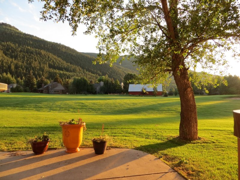 Newly Remodeled/New Linens Vail/Beaver Creek. Private Hot Tub, on Golf Course – semesterbostad i Avon