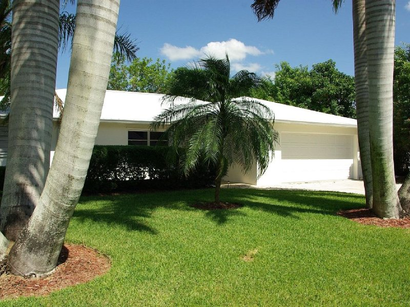 Lovely Refurnished Vacation Home with Pool - Walk to Vanderbilt Beach, holiday rental in Naples