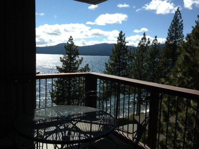 UPDATED BROCKWAY SPRINGS 3 BEDROOM, 2 BATH CONDO ON THE LAKE WITH VIEWS, alquiler de vacaciones en Kings Beach