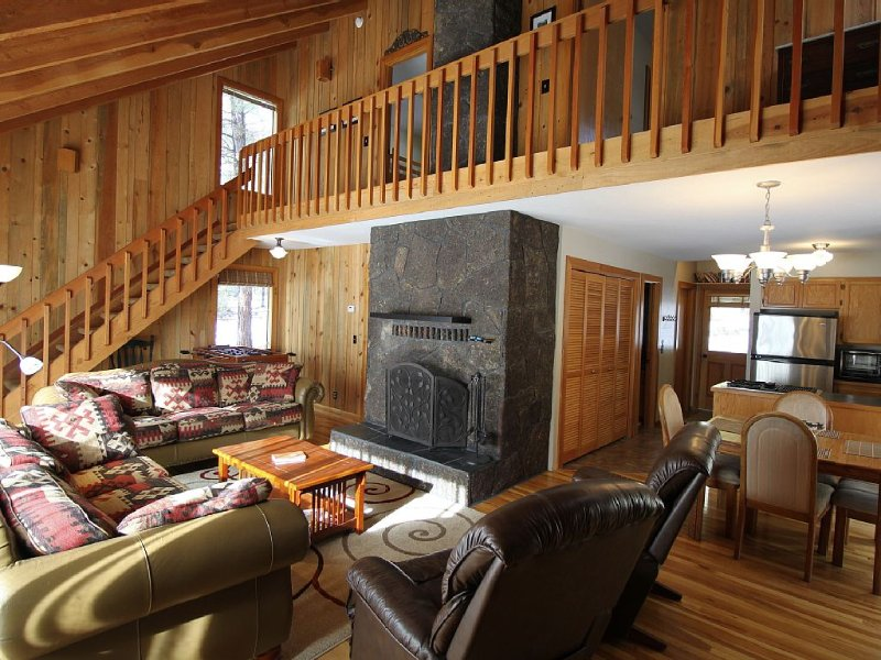 Charming Cabin Near Fort Rock Park and SHARC! Hot Tub! 8 SHARC passes included!, vacation rental in Sunriver
