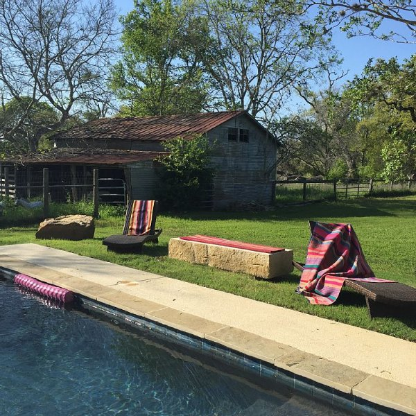 Dragonfly Ranch- 3 Bdrm Farmhouse on 5 Acres with new pool, alquiler vacacional en Ellinger