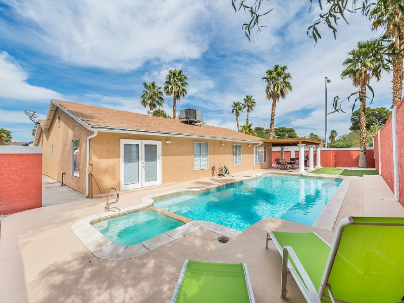Pool and Spa property minutes from the Las Vegas Strip!, holiday rental in Las Vegas