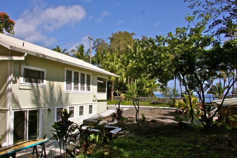 Waiuli Beach Cottage ~ Oceanfront at Richardson Beach Hilo Swim & Snorkel, aluguéis de temporada em Hilo
