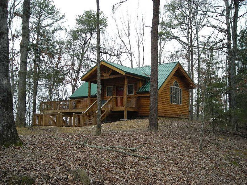 Hilltop Heaven 9 Acres Of Wooded Seclusion, Yet Close To Everything You Need., holiday rental in Calhoun