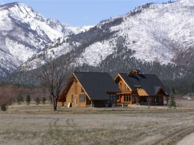 Lazy Bzzz - 360 Degree Mountain Views, location de vacances à Stevensville