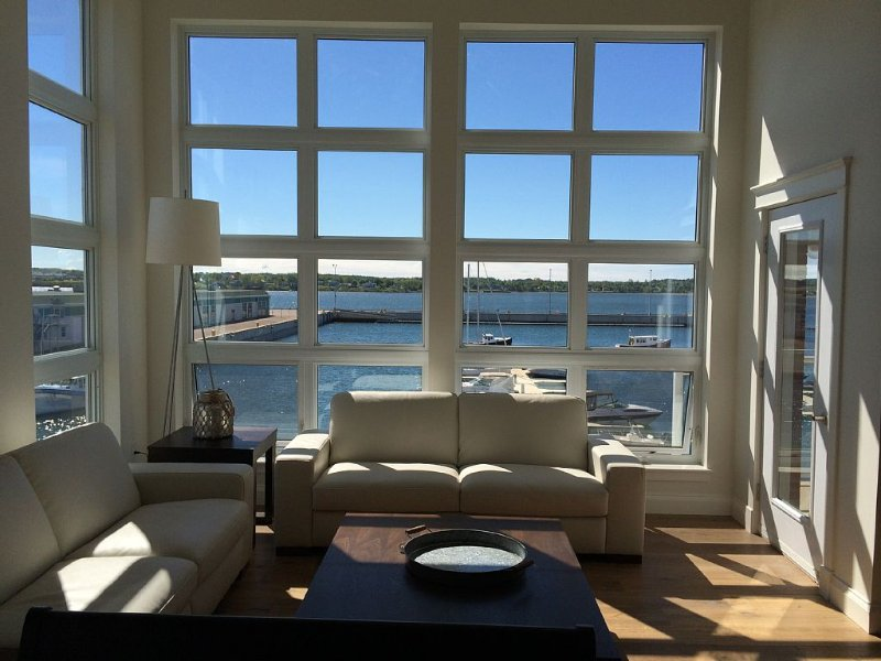 2 bedroom luxury condo with views of the Charlottetown Harbour, holiday rental in Belfast