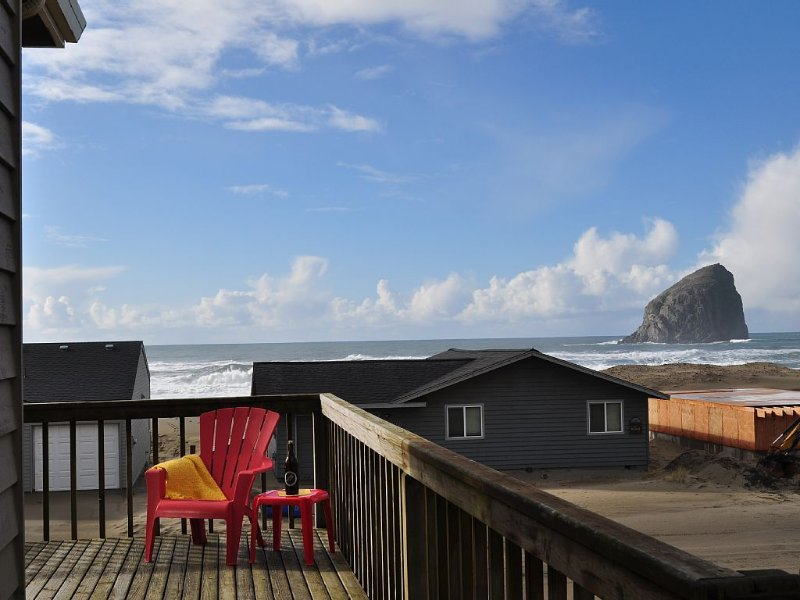 Hibiscus Haven - Panoramic Ocean Views, JUST 20 STEPS TO THE BEACH!, vacation rental in Pacific City