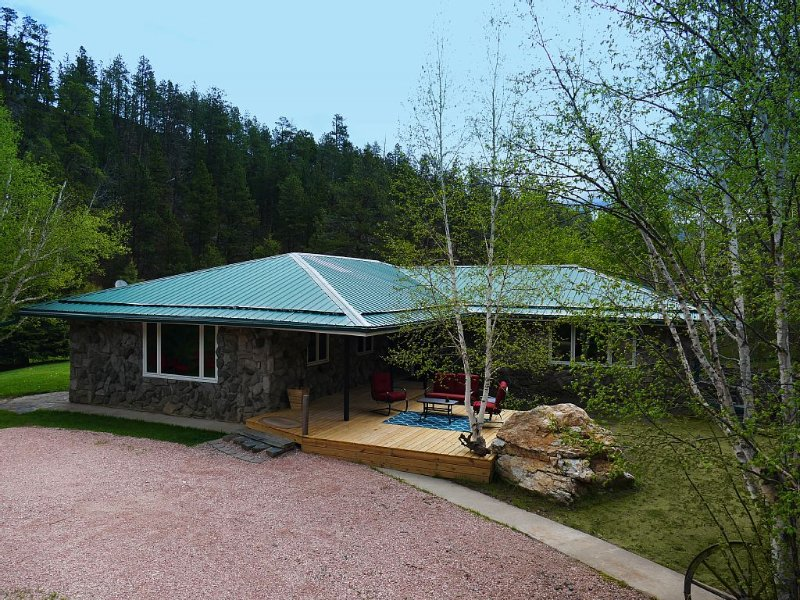 Beautiful, Secluded Creekside Getaway!  Book Your Summer Vacation Now!, holiday rental in Custer