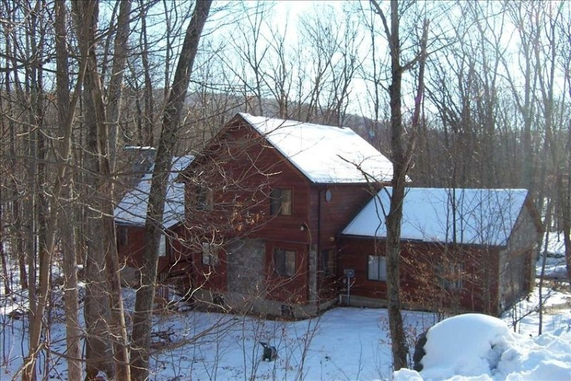 SKI AND GOLF CHALET LARGE, COMFORTABLE AND CLEAN, vacation rental in East Stroudsburg